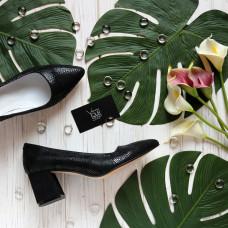 Туфли из черного нубука с принтом под питон на обтяжном замшевом каблуке с острым носиком Арт. 657-1/47Ok