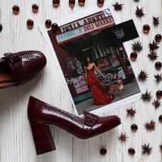 Туфли из бордовой лаковой кожи под рептилию с фурнитурой и обтяжным каблуком Арт. 853-5/48Ок