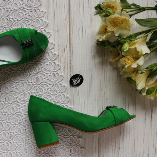 Туфли из ярко-зеленого велюра с фурнитурой на блестящем низком каблуке Арт. 605-3/45Ок-2550
