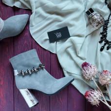 Ботинки на устойчивом каблуке серого цвета с фурнитурой на принтовом каблуке Арт. 35-10/44Ок-3647