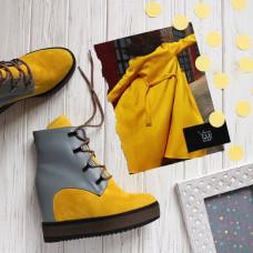 Ботинки на скрытой танкетке из замши цвета лимон с серой кожаной пяткой с фурнитурой Арт. R-3-0010